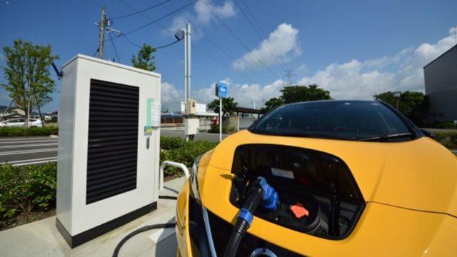 青空と電気自動車